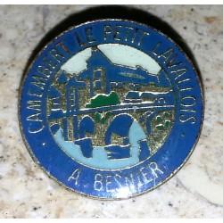 Ancien pin's collection camenbert le petit lavallois besnier + attache métal