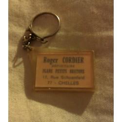 """Ancien porte clé publicitaire """" ROGER CORDIER 77 CHELLES"""""""