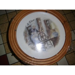 """Assiette porcelaine déco a suspendre """" La fileuse """" + Cadre Bois Offert Neuve"""