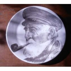 Ancienne assiette décorative marin peint main signée a suspendre ou a poser en porcelaine française occasion très bon état
