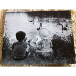 POSTER DÉCORATIF (30x24cm) COUPLES D'ENFANTS AU BORD DE L'EAU NEUF
