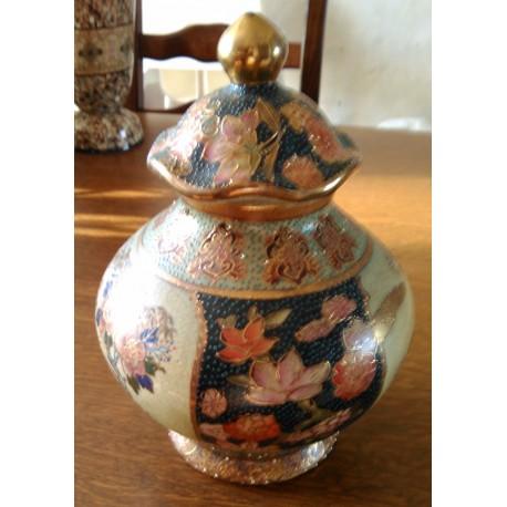 Ancien vase chinois avec chapeau année 1950 barbotine relief fleuris doré