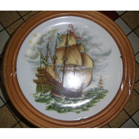 """Assiette porcelaine """"Bateaux 02 """"+ Cadre Bois pour suspendre Offert Neuve"""